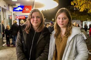 Vi har shoppat och vi har köpt godis förklarar tvillingarna Ella Andersson, och Malva Andersson.