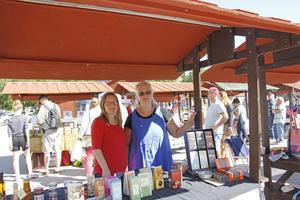 Marina Jernmark Johansson (höger) och Ida Hinrichs (vänster) säljer allt möjligt från Amos-butiken i Arboga.