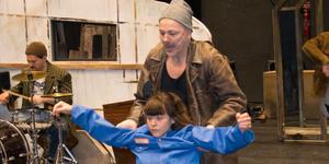 Pinocchio har just fötts. Emma Mehonic (Pinocchio) och Åke Arvidsson (Gepetto) i repetition.