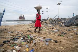 Den här stranden ligger utanför Accra i Ghana. Plast och skräp från hela världen flyter i land.