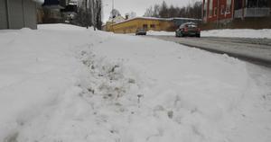 Vid Norra Järnvägsgatan var trottoaren oplogad trots att över ett dygn gått sedan det senaste snöfallet.
