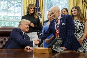 För att fira 50-årsjubileet fick Buzz Aldring träffa president Donald Trump och hans fru Melania Trump. Foto: Alex Brandon/AP/TT
