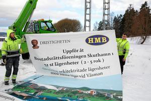 8 mars. Symboliken var svidande tydlig när skylten för det från början storslagna bostadsprojektet vid Skuthamn, strax utanför centrala Ludvika, togs ned. Tre och ett halvt år efter att projektet presenterats fälldes det av den rödlistade arten jagande fransfladdermus. Det smått historiska uppdraget att ta ned skylten sköttes av Eric Johansson, HMB, och Jonathan Kuparinen, Motor-Ola.