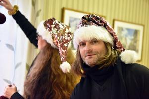 Lotta Persson och Kent Olsson i Utmelands bystuga där de rekade inför julafton.