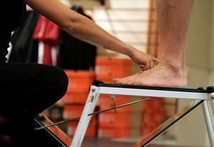 Fötter kan se väldigt olika ut. Här står en person på en spegellåda för att bland annat undersöka bredden på foten, hur fotvalven ser ut och hur vristen är.Bild: Fredrik Sandberg / TT