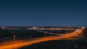 Vinnarbilden är tagen från Ströbohög. Den kvällen var det mycket trångt på E-18 mot Västerås p g a en olycka.  Fick med större delen av Köping med en 14 mm vidvinkelobjektiv. Foto: Markku Auvinen