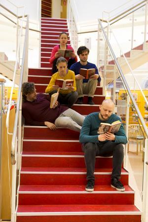 Genom att byta positioner utan att lyfta blicken från boken, läste sig gruppen Re Act! genom Hudiksvalls bibliotek.