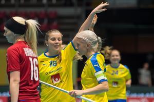 Hattrick-målskytten Moa Gustafsson firar med Anna Wijk, som tangerade poängrekordet i damlandslaget. Foto: Fabian Trees/Internationella innebandyförbundet.