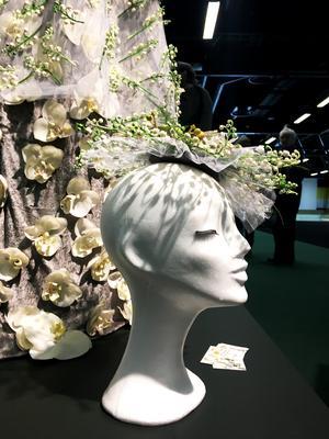 Det tog ungefär en vecka för Irene Hagström att göra en klänning. Här ser vi en matchande hatt.