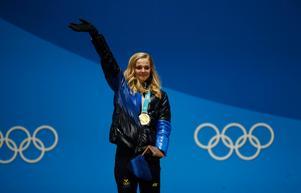 Stina Nilsson under medaljceremonin efter sprintsegern i OS. Foto: Patrick Semansky/AP Photo/TT