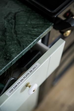 Tydliga instruktioner om hälsningar finns på alla lådkanter från kökets ordningsman.