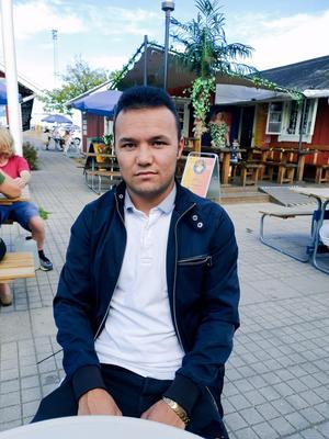 21-årige Mohammad Ali är snart färdigutbildad undersköterska och borde få stanna i Nynäshamn, anser Lennart Thunqvist (MP) och Emma Solander (MP).
