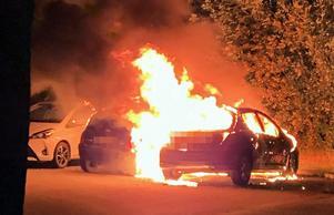 En av många bilbränder som drabbat Bäckby under sommaren.Foto: Läsarbild