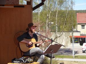Andreas Nilsson sjunger country på svenska och använder stundom även munspelet.
