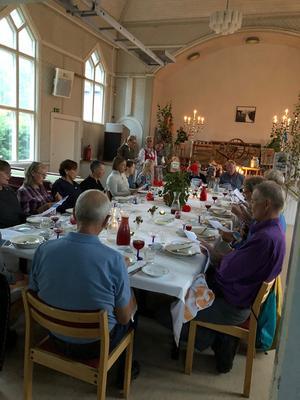 Festen har börjat och gästerna sjunger med! Foto:  Anita Johansson.