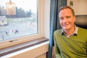 Rektor Johan Ringaby har uppsikt över skolgården från sin expedition. – Vi är stolta över vårt arbete med nyanlända och kände en sorg att vi inte skulle få fortsätta, de är en del av skolans identitet, säger han om det tidigare hotet om att Migrationsverket skulle lägga ner boenden för asylsökande.