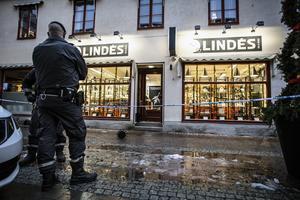 Väktare höll butiken under uppsikt så länge som polisen gjorde sin brottsplatsundersökning.