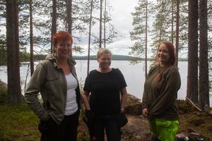 Anna Engman, Kristina Jonsson och Ronja Bågling har jobbat med att gräva och kartlägga vid fyndplatsen.