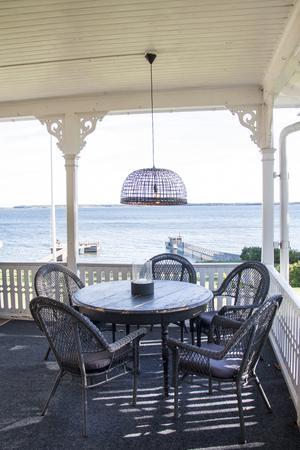 Från verandan har man fin utsikt mot havet.