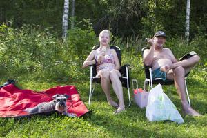Annmari Bäckman och Lasse Sundvall har hittat hit från Trosa tillsammans med dvärgschnauzern Vilma.