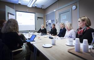 Möte om kommunikation. Kommunikatören Mia Björklund (till vänster) och representanter från olika förvaltningar diskuterar en rapport som ska släppas i mars om våld i nära relationer och hur det bäst ska kommuniceras internt. De är inne på att göra en kort film som väcker känslor.