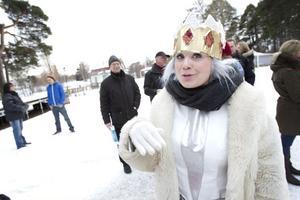 Drottning Vinter ser fram emot att träffa alla barn som vill höra henne läsa Sagan om vanten i hattkåtan. Till vardags heter hon Stina Zacco och arbetar som skådespelare.