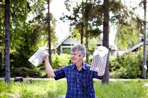 en tröja någon? Max Westin försöker sälja de sista tröjorna som är kvar.