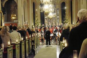 Ärades. Julkonserten i Nora kyrka inleddes med en tyst minut till minne av Björn J:son Lindh.