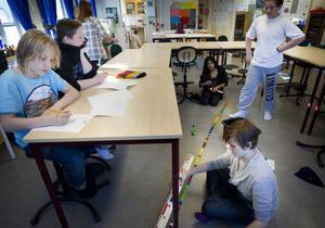 Oliver Nordin och André Falmor börjar lektionen med att lösa vissa uppgifter, medan Richard Lindgren och Matilda Tykosson bygger en figur med rätt mått.