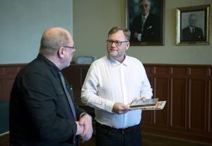 Kenneth Neijnes är operativt ansvarig för Kustbevakningens insatser i Medelhavet. I tisdags fick han ta emot pris som Årets Kenneth 2015 av Kenneth Sevehed.