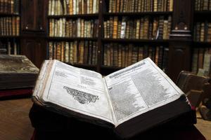 Världens litteraturhistoria ska sammanfattas i det nytt svenskt verk. På bilden en originalutgåva av William Shakespeares pjäser.