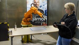 I maj i år visade Astar sin nya robot. Här Anne Frängqvist, utbildare. Vad som nu kommer att hända med de anställda på industritekniska utbildningen på Astar i Köping är ovisst.