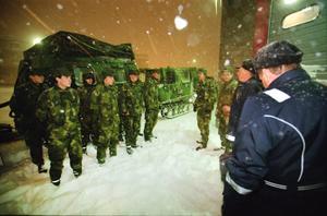 Räddningstjänsten rekvirerade nio bandvagnar från I 13 i Falun för att  ge sig ut på vägarna och i första hand hjälpa akut sjuka.