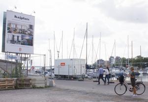 Strandstråket kantas både av fina vyer över Mälarvattnet och stökiga bostadsbyggen.