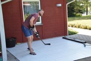 Ekholm kan träna hockey även sommartid med hjälp av den här skottrampen.