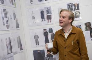 Andreas T Olsson som spelar Ofelias bror Laertes, inspekterar maskörernas mood boards med bilder som ska fungera som inspiration till skådespelarnas kostymer. På väggen syns bilder från de stora modehusens catwalks, som till exempel Maison Martin Margiela.