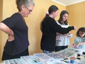 Lena Gidlöf , till vänster, hjälper barnen att välja vilka pärlor som ska passa till armband och halsband.