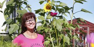 Från konstskolan och jobb på bank tog sig Måna J Roos till Norrtelje tidning där hon nu jobbar som reporter.
