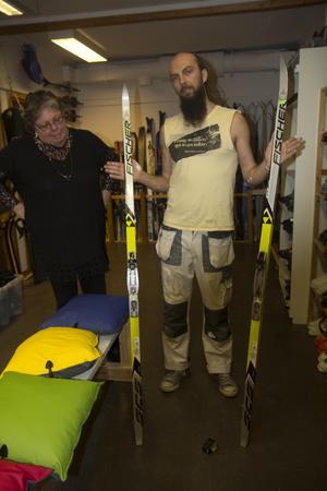Marie Borg och Wojciech Pindur har det allra mesta inom vintersport att erbjuda till utlåning. Här med ett par utmärkta skidor som bara väntar på åkare.