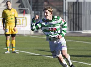 VSK-mittfältaren Simon Johansson knyter näven efter sitt första a-lagsmål i VSK. Detta mot Dalkurd 2012, matchen slutade 2–2. Foto: Arkiv