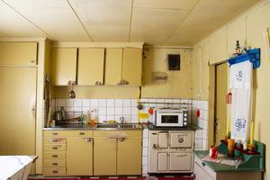 Köket i gammelbyggnaden är bevarat med originalinredning.