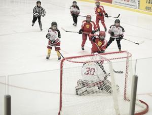 Elvis Nermoen skjuter på mål. Bakom sig har han lagkamraterna Zacarias Petersson och Assar Degselius.