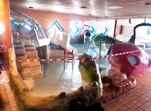 Vattenläckaget i bassängen gör att hela lekanläggningen plockas bort. Bild: Drakfastigheter