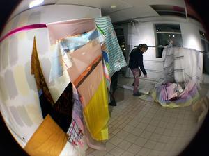 Betraktaren förs rakt in i en målerisk installation. Foto: Staffan Björklund