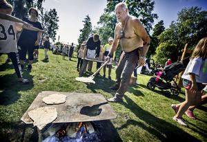 Leif Jons gräddar bröd som besökande barn bakat ut. För de barn som ville bjöd Leif på