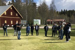 En professionell tränare i form av Linus Bergsten vid Dalecarlia Golf Center har utbildat Kalle Björklund och ytterligare två ideella på klubben, för att de i sin tur ska kunna utbilda de nyanlända.