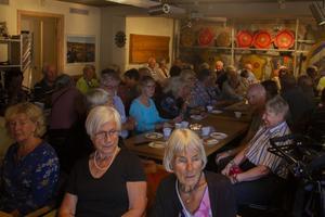 Välfylld lokal på Bergviks industrimuseum. Många hade kommit i god tid till kolbullekvällen.