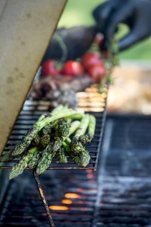 - Glöm inte primörerna! Sparrisen är fantastisk nu. Håll dig till säsongens grönsaker när du lagar, säger Peter.
