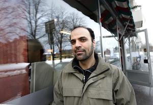 Alex Saleh på Libanesen på hörnet är tacksam att kommunens inspektörer upptäckte att rovorna innehöll det förbjudna ämnet - trots att det inte stod på innehållsförteckningen. Nu ska de kasseras. Foto: Lars Wigert