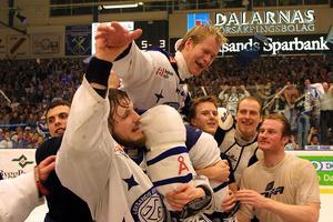 I sin sista säsong som spelare fick Magnus Svensson vara med om en av karriärens höjdpunkter när Leksand 2002 kvalade sig tillbaka upp i elitserien efter debaclet året före. Här syns